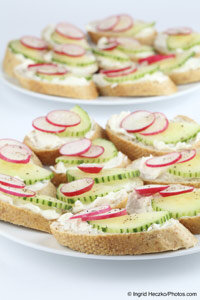 Cream cheese snacks with cucumber and radish