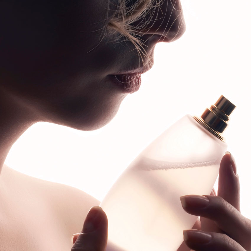 Woman-silhouette-perfume-bottle-850